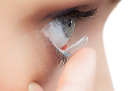 Contact lens insertion during a contact lens specialist consultation